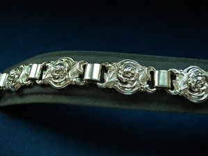 Swedish silver bracelat with roses from Alton from the year 1950. Very decorative jewelry.    Stamped: 3 crowns, S, Z8 (1950 years), KP (Alton gold commodity AB, 1946-87), Falkirk.  Bracelet width: 1.7 cm  Bracelet length: 21 cm  Weight: 31.1 gr