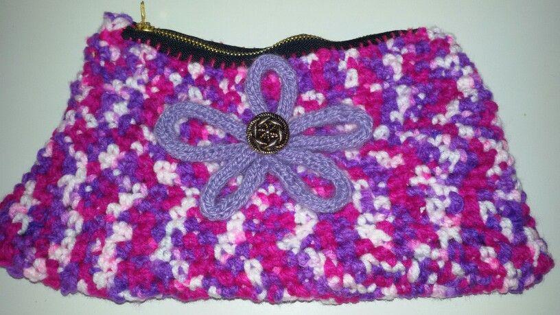 Estuche de ganchillo con flor realizada con tricotin