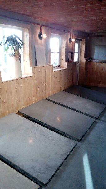 Gevlinderd betonvloer   industriele bekabeling wandverlichting