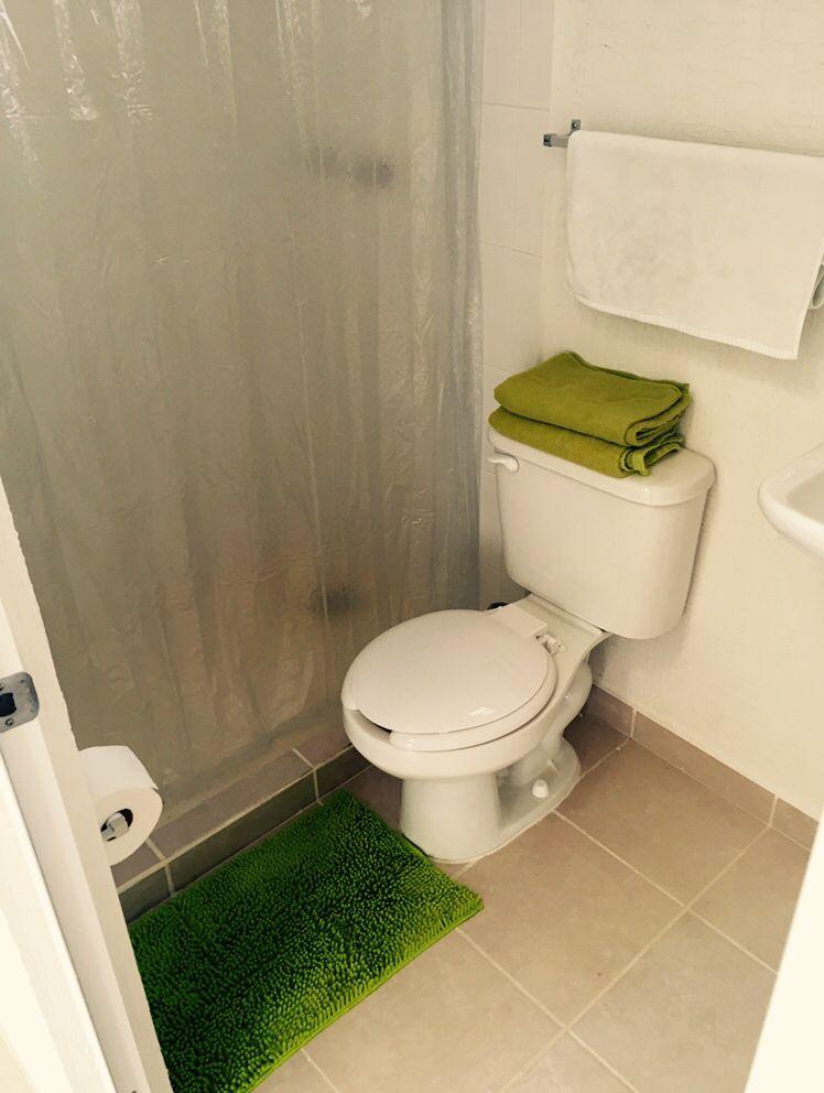 Un toque de verde limón para el baño principal