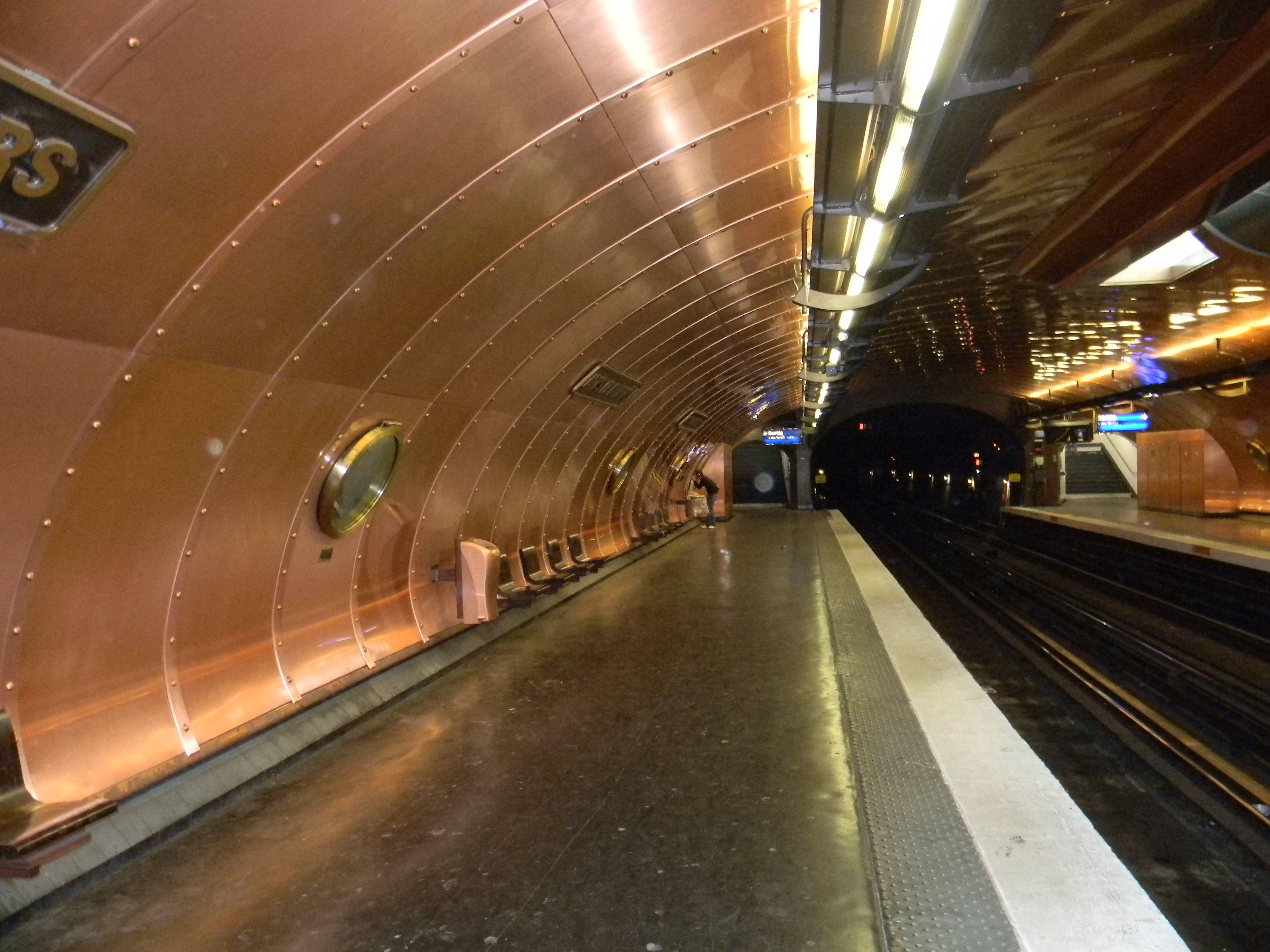 Metro en París, estación Arts et Metiers, Francia.
