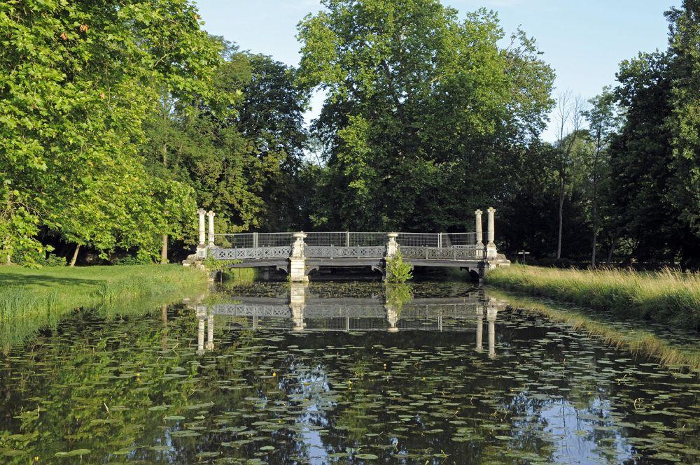 Le Jardin Anglais Fut Dessine Sous La Restauration En 1819 Par L Architecte Victor Dubois Pour Le Prince Louis Joseph De C English Garden Garden Bridge Chateau
