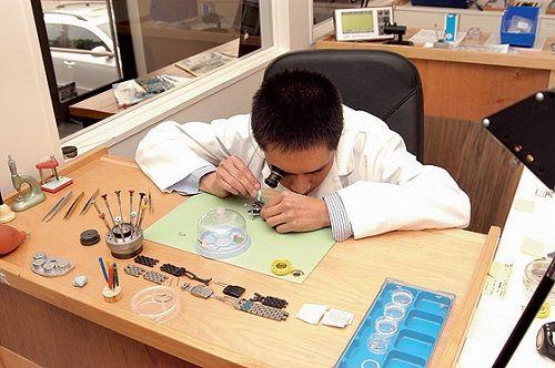 sử dụng nghiên cứu để phân biệt kính sapphire trên đồng hồ