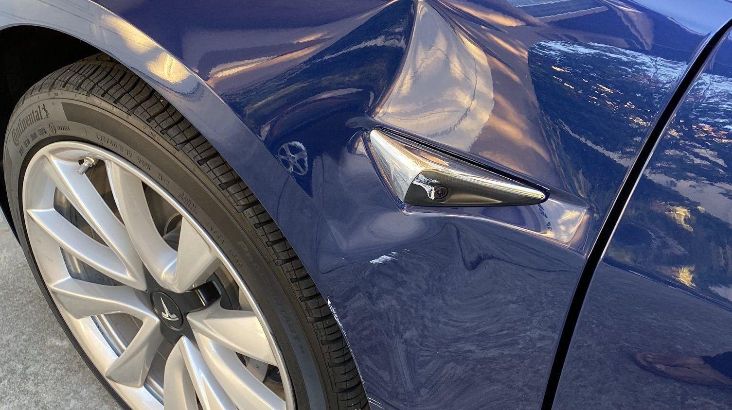 VIDEO Tesla zonder bestuurder rijdt vanzelf tegen