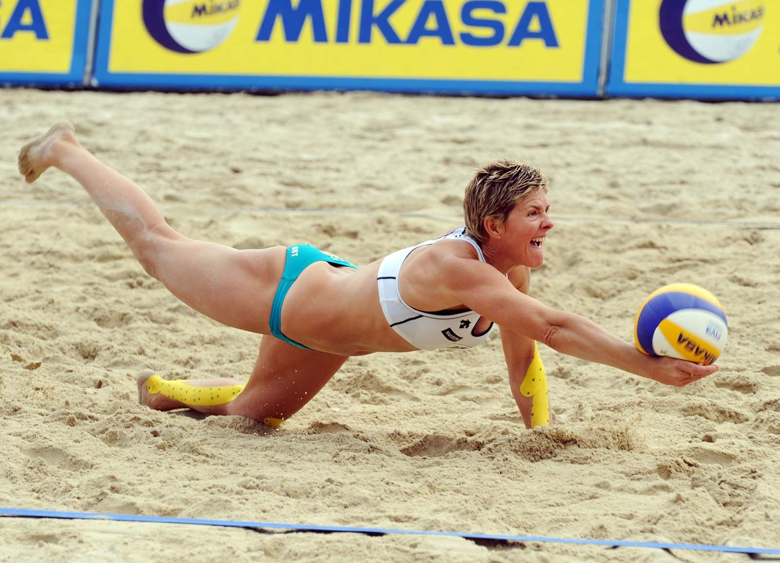 Australia S Natalie Cook Dives To Pickup The Ball At The Klagenfurt Tournament Cook And Tamsin Hinchley Were 5th Volleyball Photos Beach Volleyball Volleyball