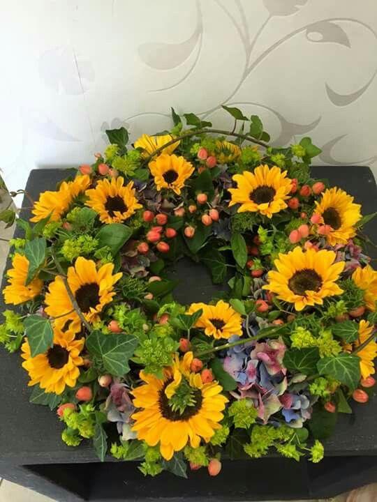 sonnenblumen beerdigung pinterest sonnenblumen kr nze und trauerfloristik. Black Bedroom Furniture Sets. Home Design Ideas