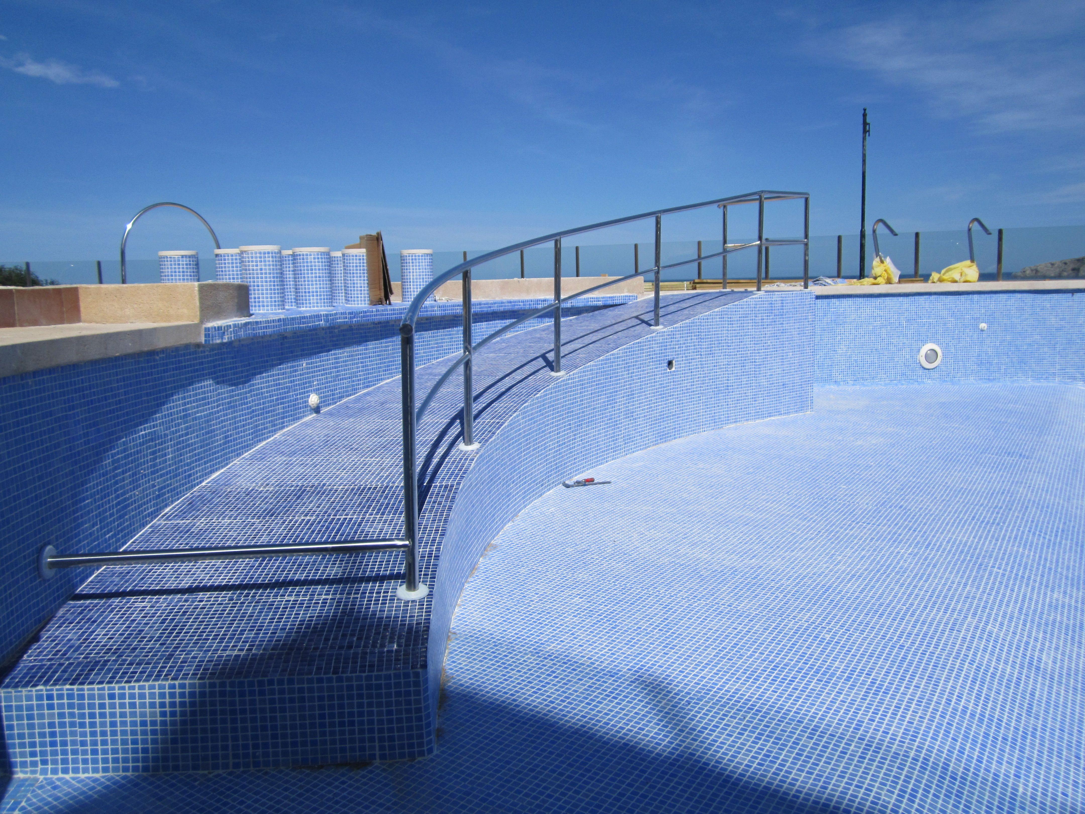 Barandilla para rampa de minusv lidos para piscina for Mobiliario piscina