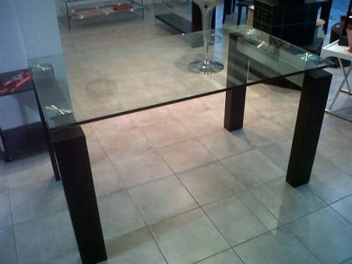 Mesa de comedor de vidrio con patas de madera acero for Mesas de comedor de vidrio