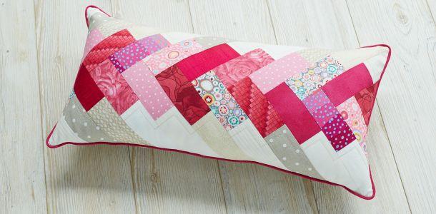 offrez votre meilleur ami un coussin avec la tresse de l 39 amiti des tissus rose et beige de. Black Bedroom Furniture Sets. Home Design Ideas