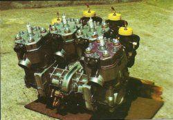 Silnik dwusuwowy, czterocylindrowy, poprzeczny, pionowy w układzie trapezowym (łukowym). Prototyp Kawasaki KR 750 GP z 1979 roku.