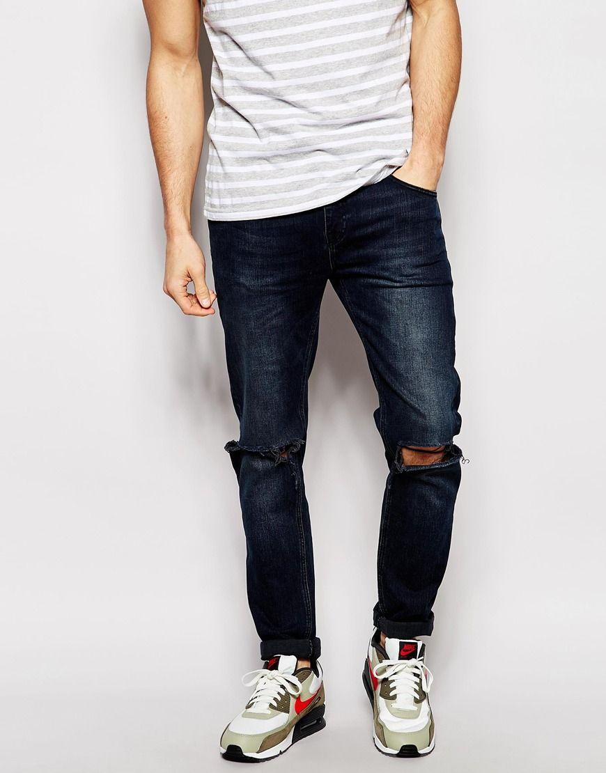Schmal geschnittene Jeans von ASOS fester Stretchdenim verdeckter Reißverschluss Fünf-Taschen-Stil geschlitzte Kniepartie schmale Passform, sitzt eng am Körper Maschinenwäsche 99% Baumwolle, 1% Elastan Model trägt 32 Zoll/81 cm Normalgröße und ist 185,5 cm/6 Fuß 1 Zoll groß