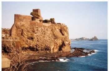 Sei una donna romantica? hai scelto la cerimonia civile per il tuo matrimonio? vuoi sposarti in Sicilia? Il Castello Normanno di Acicastello (CT) è la location adatta per realizzare il tuo sogno !