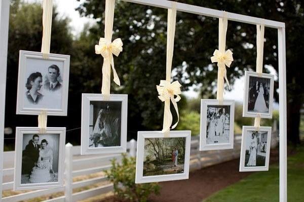 Fotos na decoração de casamento ou noivado ao ar livre.