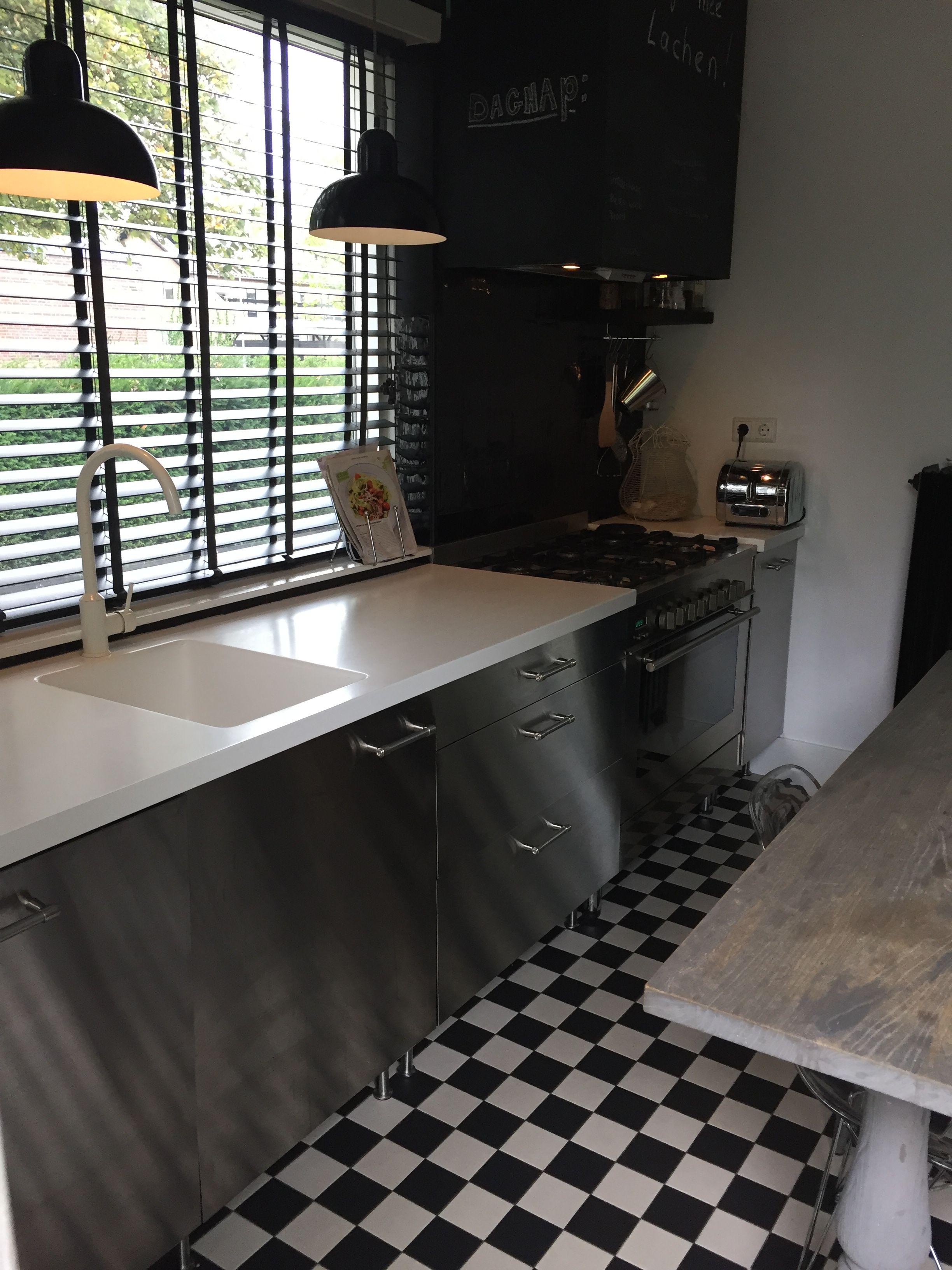 Welp zwart-wit geblokte vloer tegels, rvs keuken, zwarte luxaflex KP-88