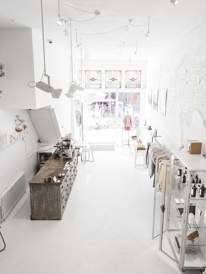 Una tienda de ropa muy diferente white nordic for Diseno de interiores almacenes de ropa