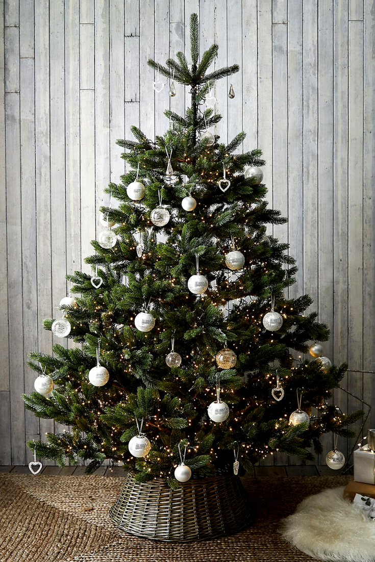 Christmas Tree Skirt 45 The White Company Woven From Beautiful Natural Wicker It Will Disguise The Metal Base Of Your Art Derevenskoe Rozhdestvo Rozhdestvo