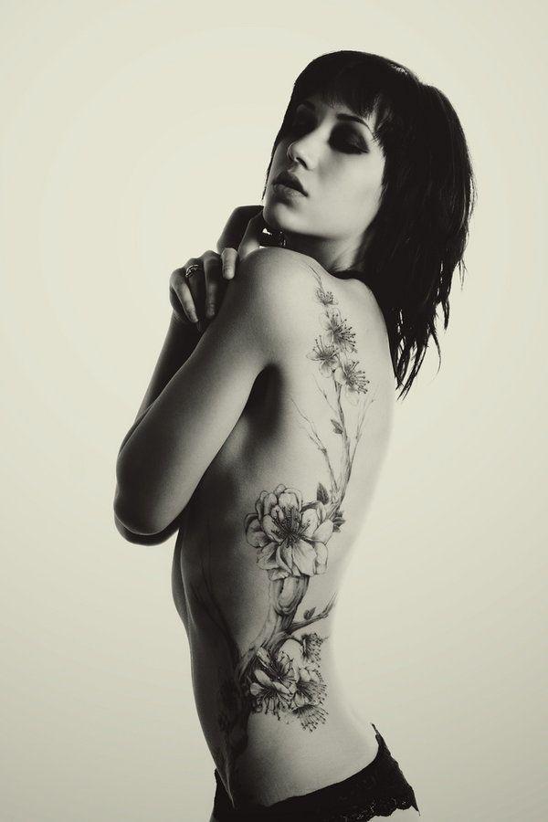 Frauen tattoo rippen motive Tattoos Frauen