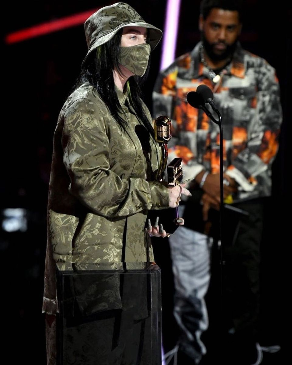 Billie Receiving Her Award For Top Female Artist At The Billboard Music Awards In 2020 Billie Billie Eilish Top Female Artists