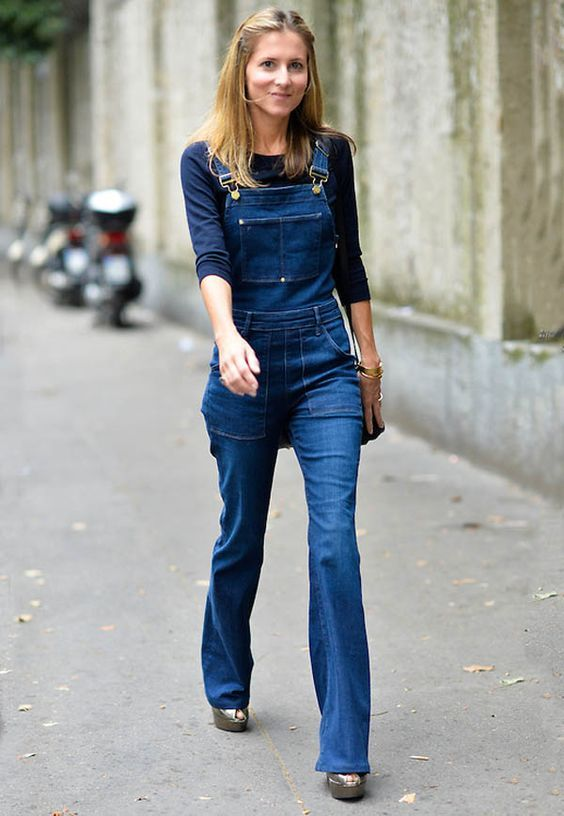 7127f1382 Como ser chique usando jeans. Blusa de manga azul marinha, jardineira jeans