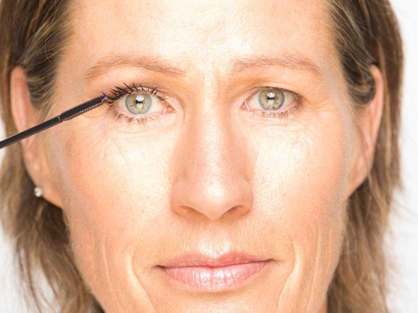 Photo of So schminkst du Schlupflider ganz einfach und schnell weg | Wunderweib