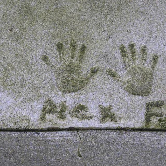 Must get handprints and or footprints in concrete at new house - gravier autour de la maison