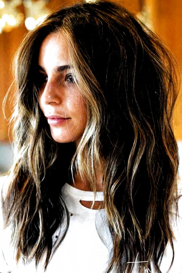 Il y a beaucoup doptions pour les coupes de cheveux en couches allant de longues à mi-lo…