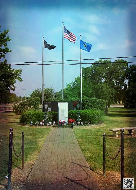 Vietnam Memorial In Central Park Broken Arrow Ok Vietnam Memorial Oklahoma Attractions Veteran Memorial Wall