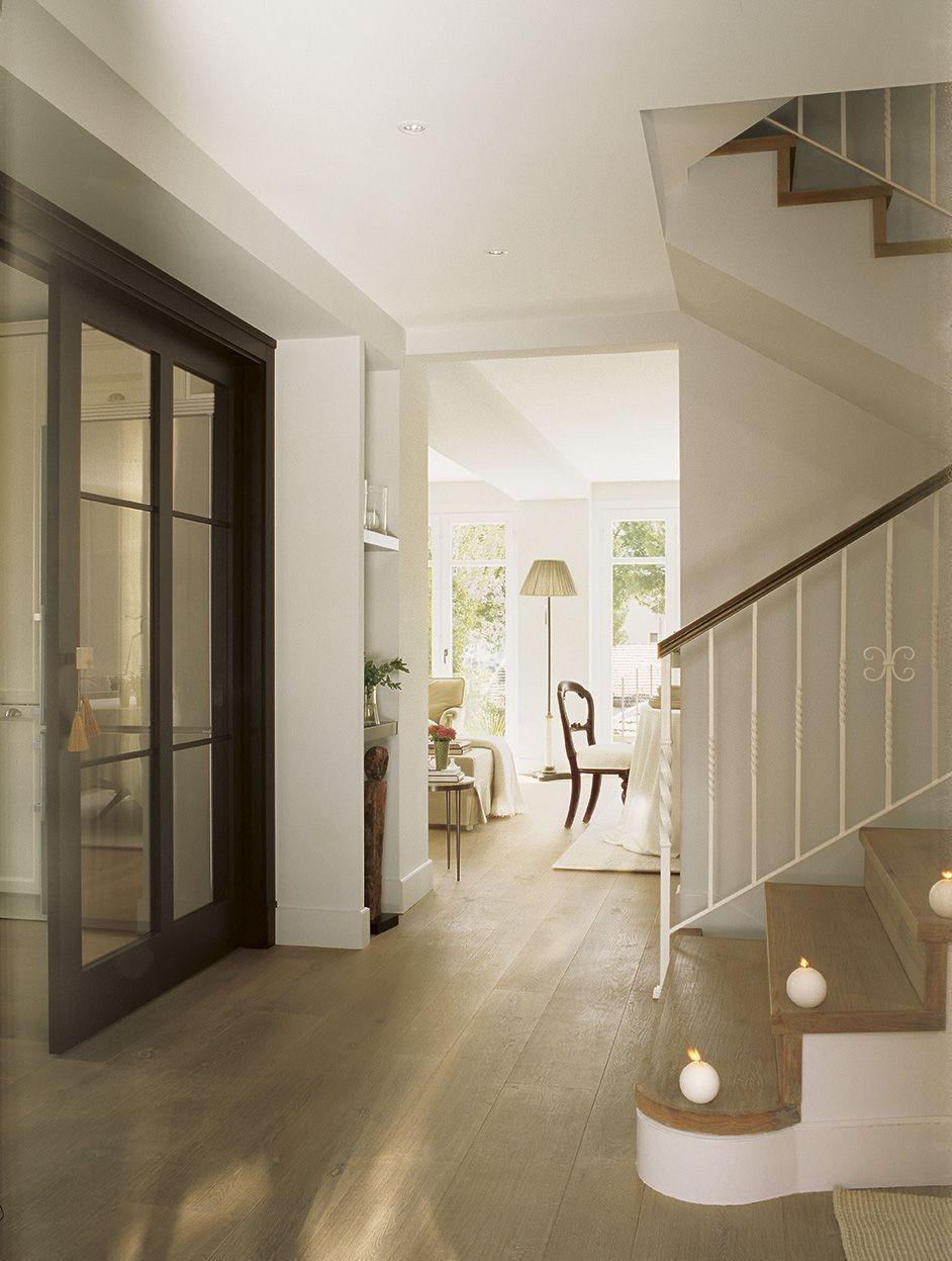 amplio recibidor con puertas correderas hacia la cocina y pequea velas blancas sobre cada - Puertas Correderas Cocina