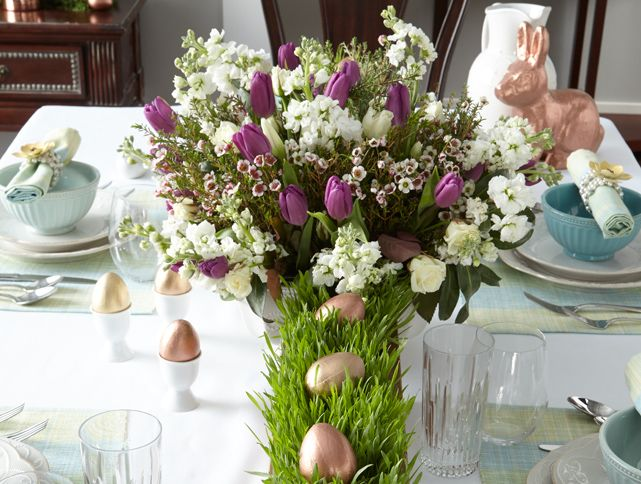 You can have a sophisticated and splendid Easter holiday table with the latest spring decorating trends while still maintaining a simple style.