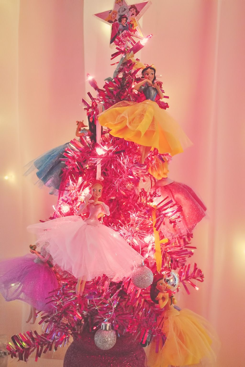 Disney Princess Christmas Tree!// omg! isn't this Mary's tree from  petitetiaras?(edit: haha yep, it is... lol Guess I should have checked the  link ...