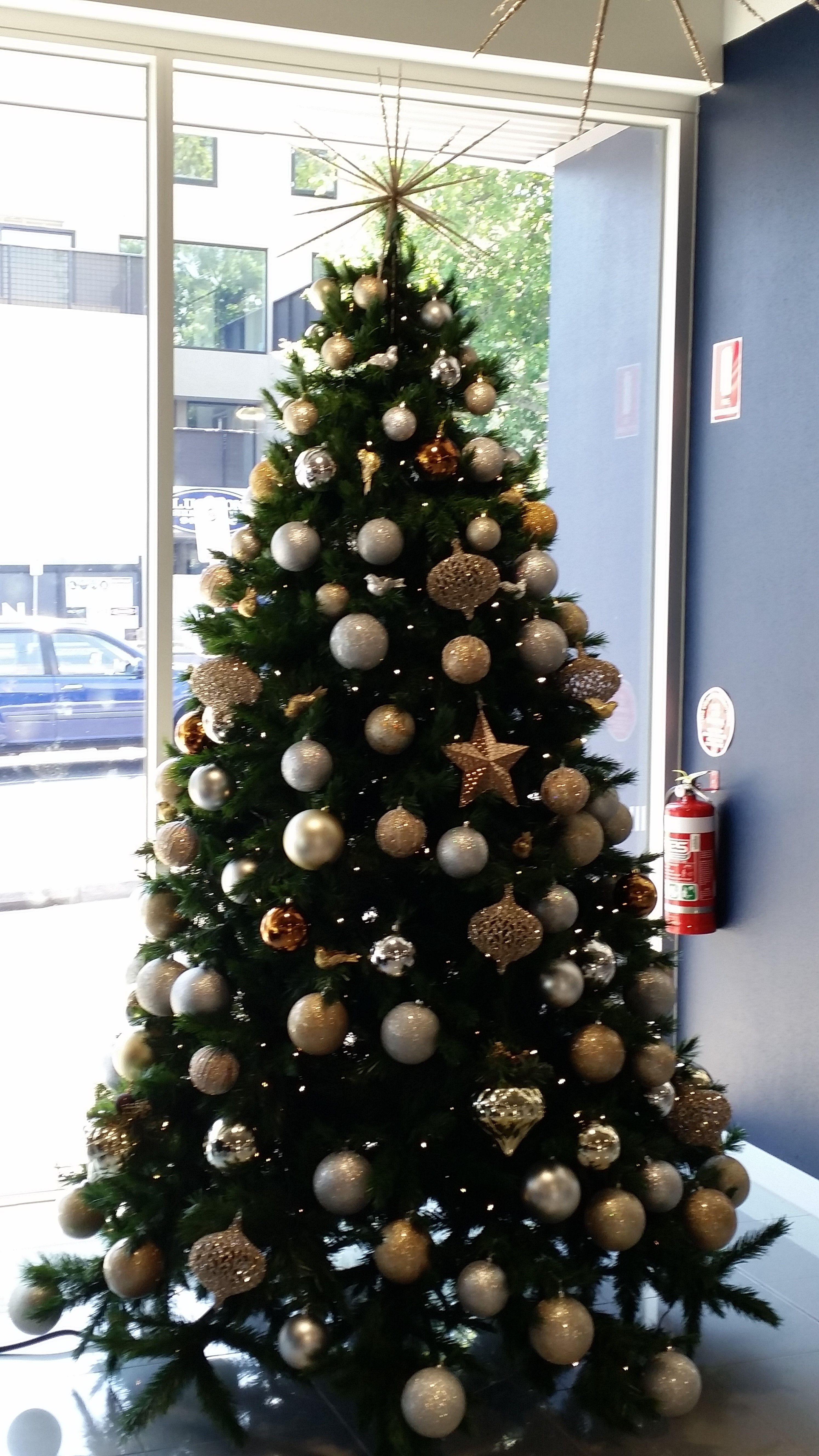 The Happy Christmas Company Decorated Christmas Tree With Metallic Decoratio Christmas Tree Decorations Gold Christmas Tree Decorations Modern Christmas Tree