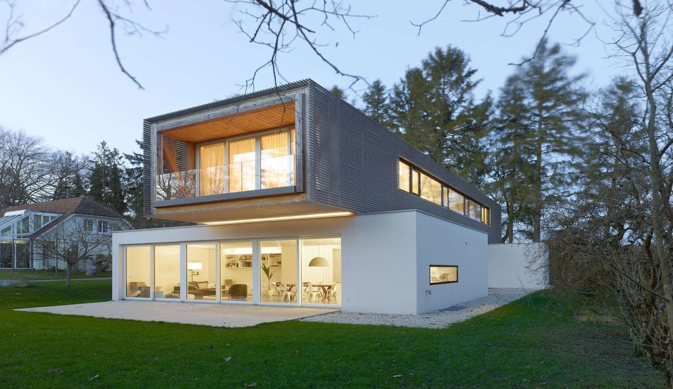 Impressionnante maison contemporaine avec vaste porte à faux en bois
