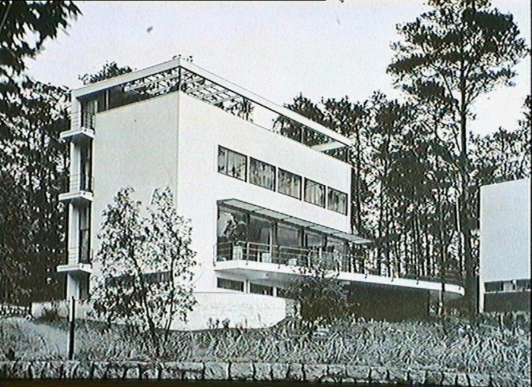 Wassili Luckhardt  ViLLA KLUGE (né le 22 juillet 1889 à Berlin et mort le 2 décembre 1972 à Berlin) fut un architecte allemand. Il fit ses études à l'université technique de Berlin (Technische Universität Berlin) et de Dresde. Wassili et son frère Hans Luckhardt sont professionnellement restés très proche pratiquement toute leur vie, travaillant ensemble. Ils étaient tous deux membres du Novembergruppe, de l'Arbeitsrat für Kunst, de la Gläserne Kette et, à partir de 1926, du groupe der Ring.