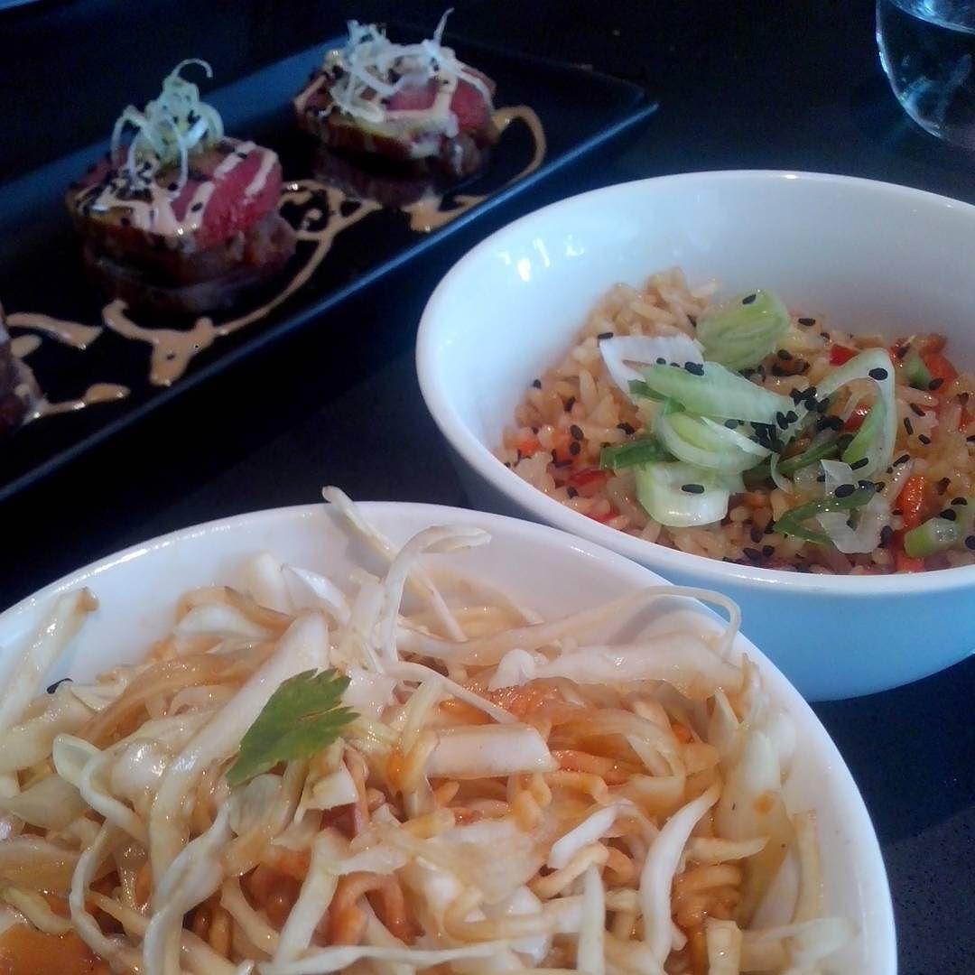 #tataki de atún con ensalada de repollo y ramen y arroz chino #tuna #ramen #chinesefood en @laesquinaccs @lunchtime #caracas #foodpics by improductora