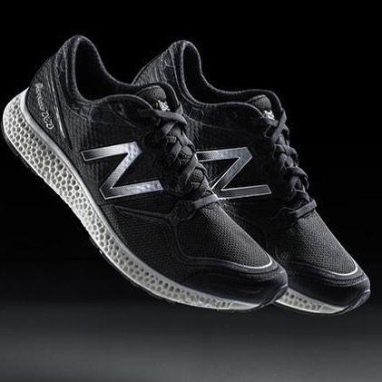 New Balance verkauft mit dem Modell Zante Generate den ersten Schuh der aus dem 3D-Drucker kommt. Preis der auf 44 Paar limitierten Laufschuh-Serie: happige 400 US-Dollar. Die Mittelsohle des Zante Generate wird mittels einem Laser-Verfahren angepasst und geformt New Balance verspricht Läufern dadurch eine individualisierte Dämpfung. @newbalance #nb #newbalance #schuhe #shoes #running #laufschuhe #3ddruck #3dprinting #zantegenerate by chip_de
