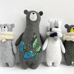 Gefüllte Bären in Schal, Filz, Filztiere, Filztiere, Teddybär Spielzeug, Miniatur Waldbär Plü... #miniaturetoys Gefüllte Bären in Schal, Filz, Filztiere, Filztiere, Teddybär Spielzeug, Miniatur Waldbär Plüschtier, #Bären #Filz #Filztiere #Gefüllte #Miniatur #Plüschtier #Schal #spielzeug #Teddybär #Waldbär #bearplushtoy