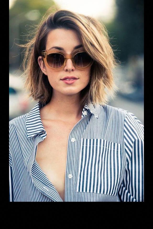 Le carré court wavy avec une mèche sur le côté #Hairtrends in 2020 | Short hair model, Short ...