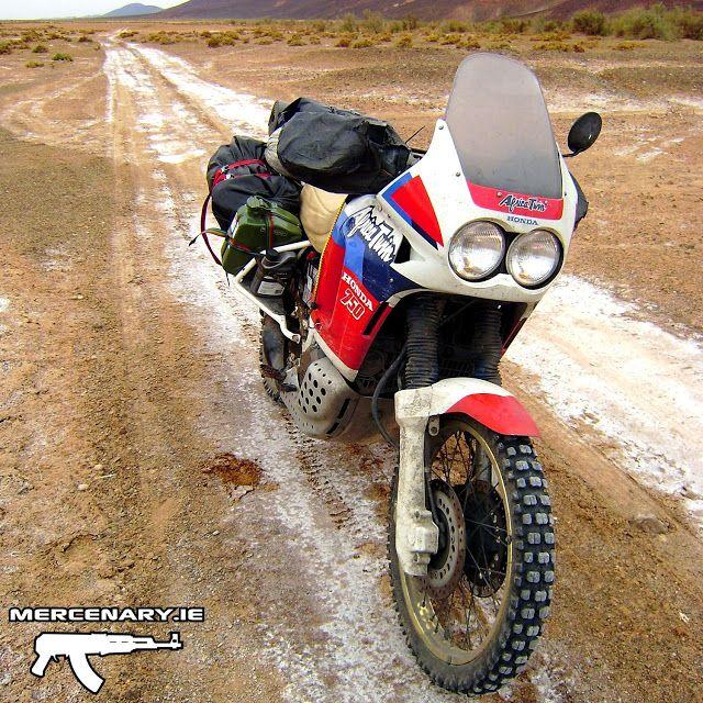 Vou comprar uma dessas para fazer as minhas viagens aqui pelo sul da América ;)  Honda XRV 750 Africa Twin RD04 1990 Moroccan Sahara Desert