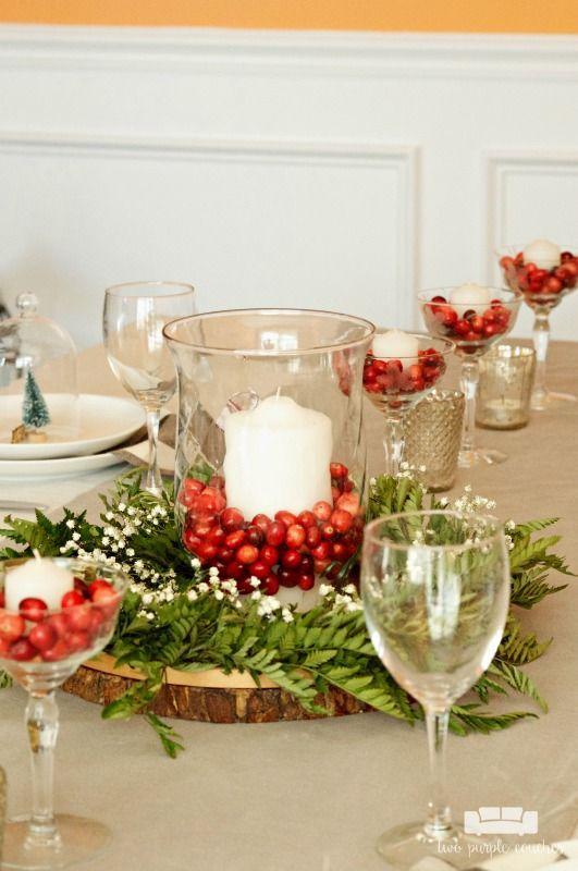 Einfache und natürliche Weihnachten Tischdekoration  zwei lila Sofas  Einfache und natürliche Weihnachtstischdekoration