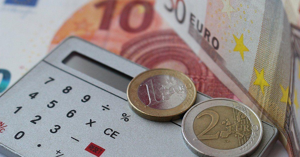 In Italia esiste un limite massimo di interesse applicabile dalle banche ai prestiti, oltre il quale si incorre in usura. Fino ad una certa misura si tratta di un reato minore ed è considerato civile, mentre dopo un certo limite può succedere che l'istituto incorra perfino in usura penale. Per questo motivo la Banca d'italia effettua ogni trimestre, per conto del Ministero dell'Economia e delle Finanze, l'aggiornamento periodico dei cosiddetti TEGM - Tassi Effettivi Globali Me...