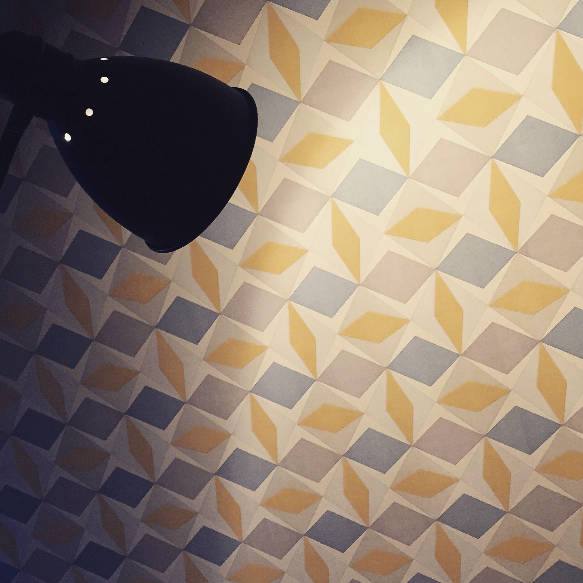Un Tour Chez Nous - Le magazine #design #décoration #papier #peint #mur #gris #bleu #jaune #leroymerlin #chambre #parent #graphique #lampe