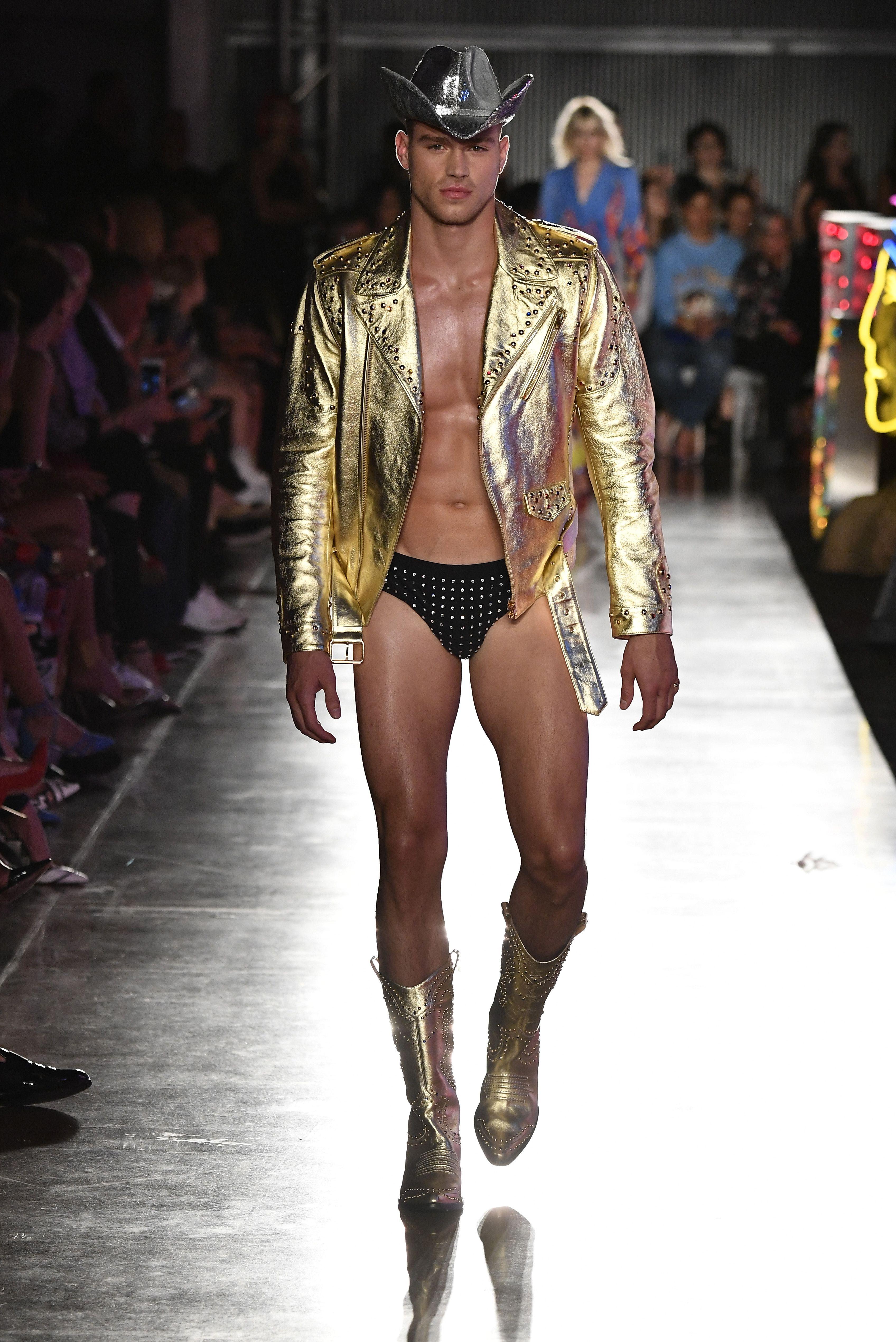 Epingle Par Fashionnetwork Sur Moschino Cruise Collection La