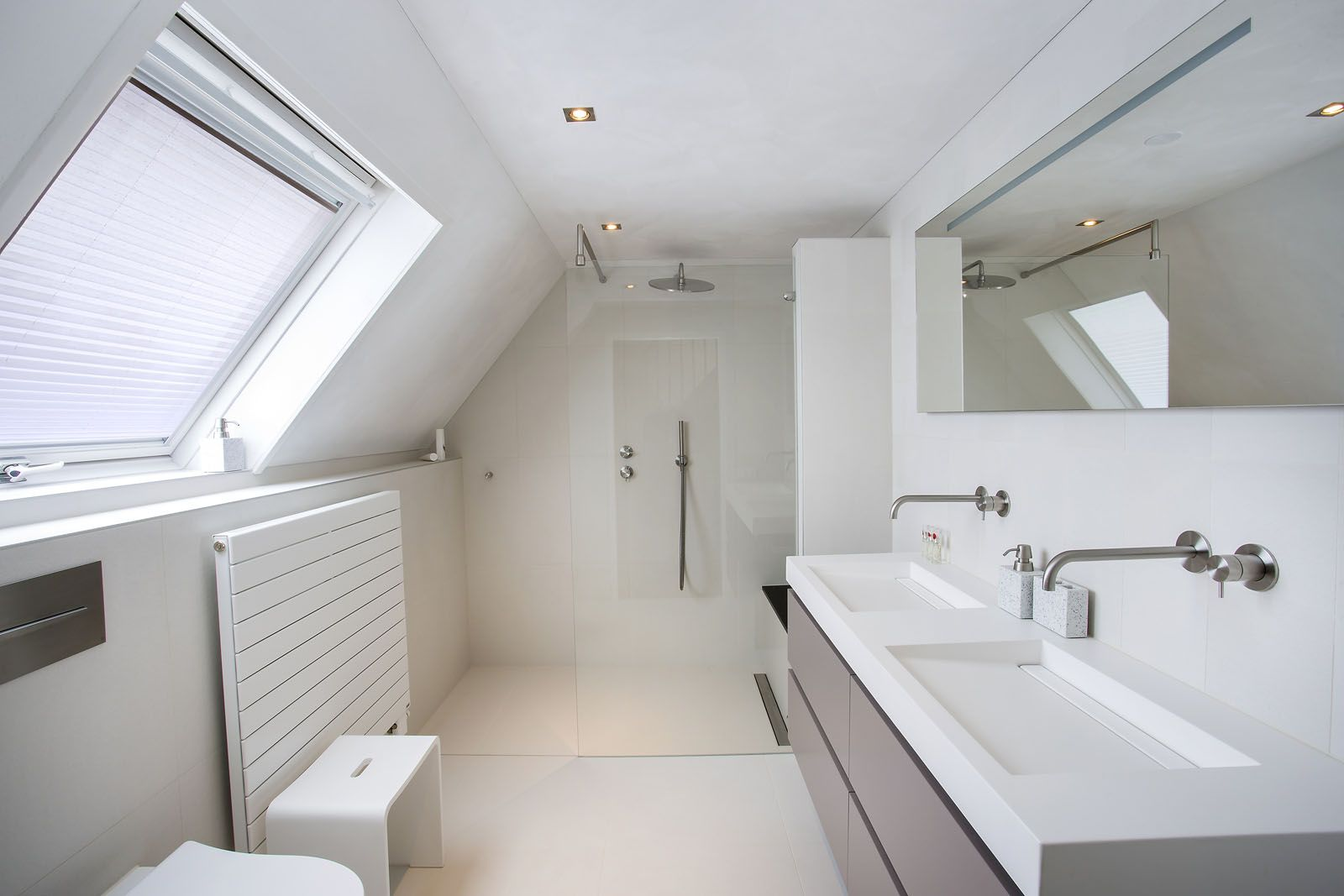Mooie lichte badkamer onder schuin dak #zolder #badkamer I BALANCE ...
