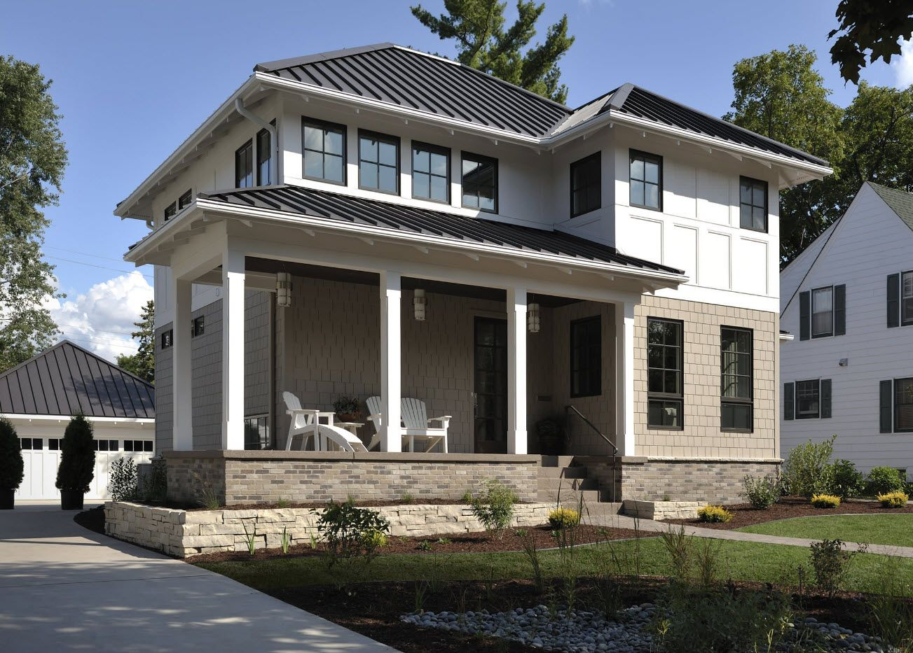 On This Craftsman Modern Farmhouse Is A Hipped Roof Then A Portion Of The Home Has A Portion That Stick Out A Bit C Hip Roof Design House Exterior Roof Design