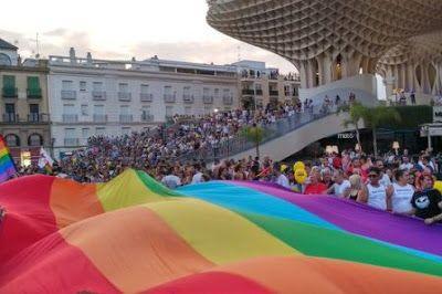 La Marcha Del Orgullo De Andalucía Reúne A 30 000 Personas Por La Igualdad Lgtbi En El Mundo Once Carrozas Recorren Sevi Pareja De Lesbianas Lesbianas Orgullo