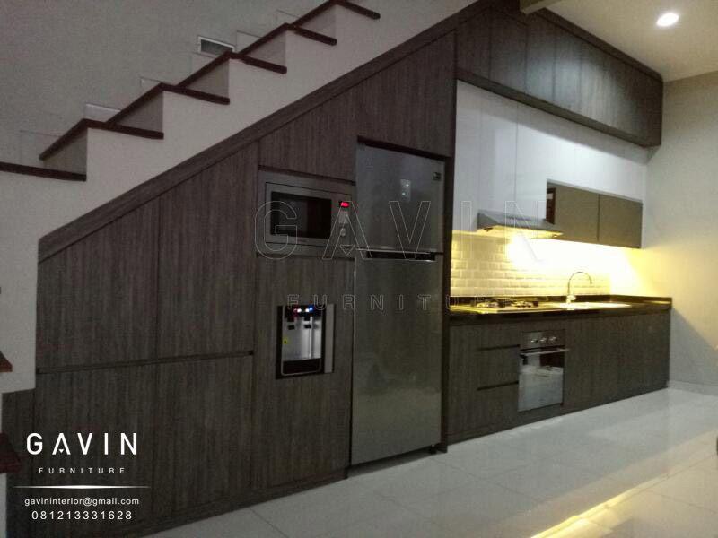 Kitchen Set Dengan Model Minimalis Dibuat Pada Bagian Bawah Tangga
