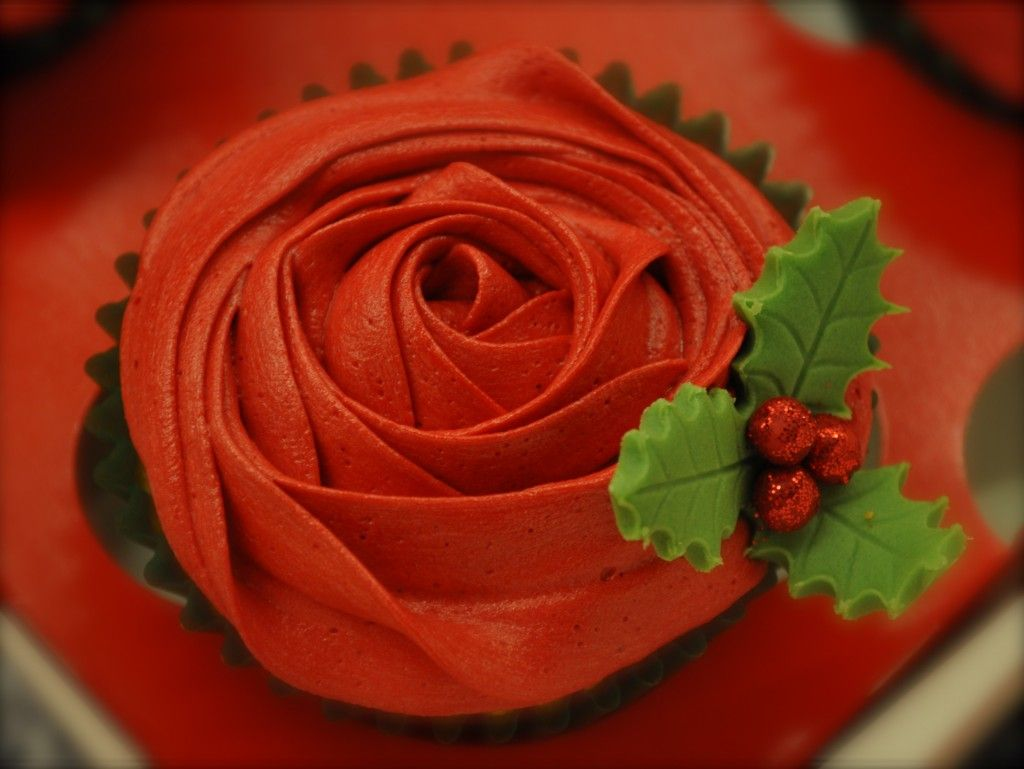 red christmas holly cupcakes