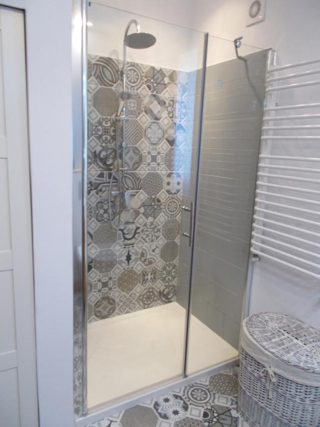 Prysznic We Wnęce W łazience Z Płaskim Brodzikiem Oraz Płytki