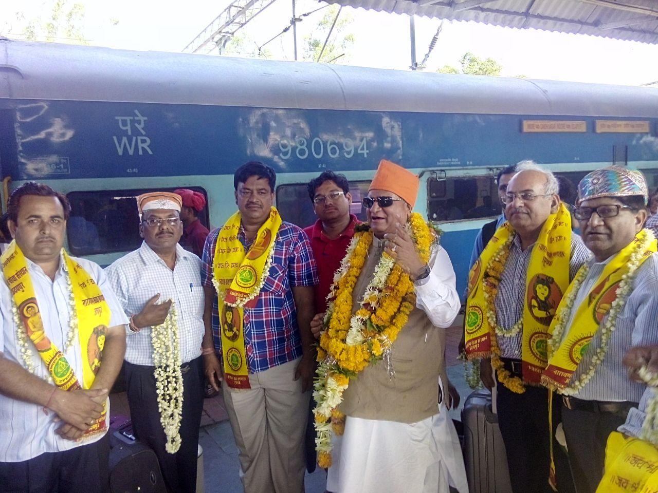 Welcomed and honored by Vaishya society at #Indore railway station. http://www.narayanseva.org  #NarayanSevaSansthan