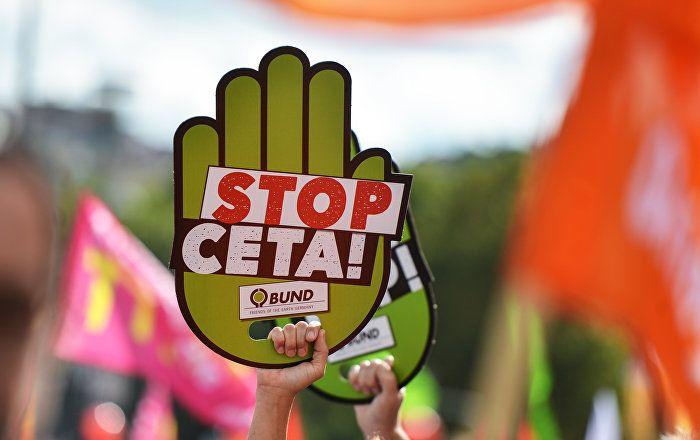 Deutschland darf nach einem vorläufigen Urteil des Bundesverfassungsgerichts das umstrittene Freihandelsabkommen der EU mit Kanada, CETA, doch auf den Weg bringen.